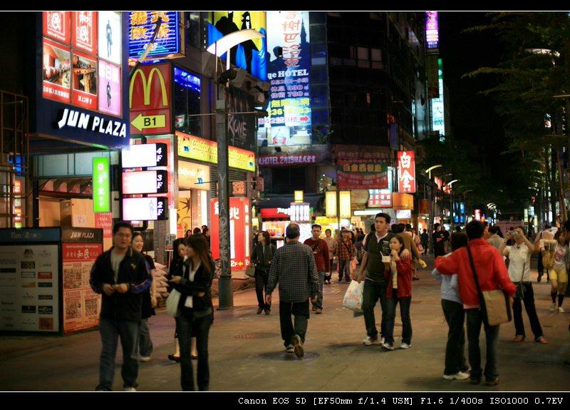 图片:夜台北的街头