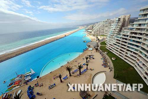 图片:世界上最大的游泳池位于智利首都圣地亚哥以西95公里处的阿尔加罗沃