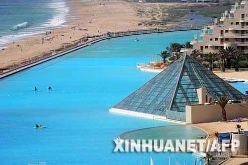 图片:旅游者在世界最大的游泳池内荡舟