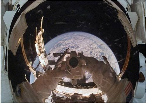 图片10. 宇航员在地球上方的自拍像